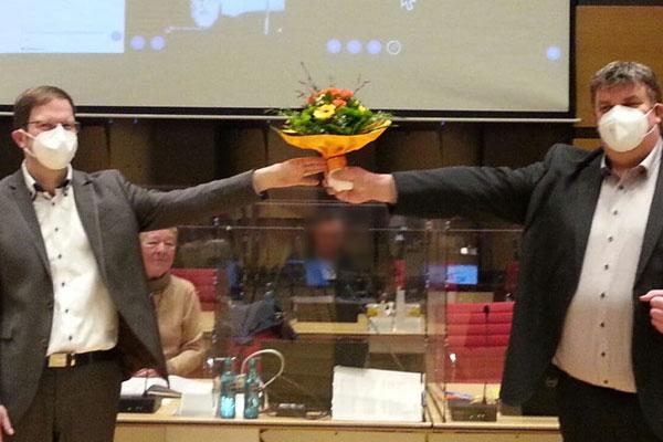 Blumenstrauß nach der Wahl zum Stadtrat FB Bau
